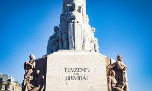 Svinīgi atklāts restaurētais Brīvības piemineklis