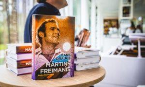 """Atvērta biogrāfiska grāmata par Mārtiņu Freimani un izskanējis pirmais koncerts """"Mans draugs Mārtiņš Freimanis"""""""