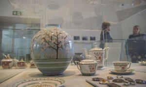 Izstādē Tallinā skatāmi 40 darbi no Dekoratīvās mākslas un dizaina muzeja kolekcijas